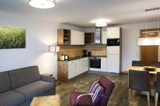 Wohnbereich Küchenzeile Esstisch Couchsessel Holz