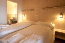 Chalet Schlafzimmer mit Doppelbett ud Bad Turrach