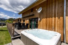 Chalet Jacuzzi Terrasse Sommer