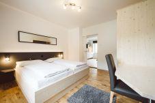 Doppelbett Schlafzimmer Schreibtisch