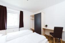 Schlafzimmer Doppelbett Schrank Schreibtisch