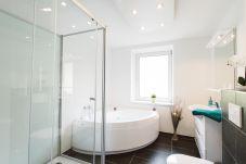 Badezimmer Dusche Whirlwanne Waschbecken