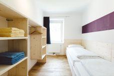 Einzelbetten Schlafzimmer Regale