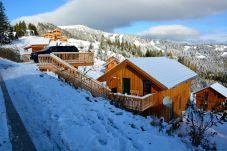 Winter Skifahren Piste Chalet in den Bergen