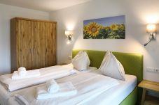 Doppelbett Gemütlich Grün Bild Wandschrank