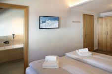 Doppelbettzimmer Badezimmer Schlafen Fernseher Schrank