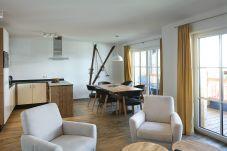Tauernsuites Mitterwirt Aquarmarin Suite Urlaub Wohnzimmer Essbereich Kueche