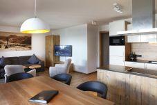 Kueche Esstisch Wohnzimmer Tauernsuites Mitterwirt Aquamarin Suite