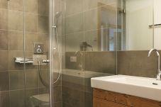 Badezimmer Aquamarin Dusche Waschbecken