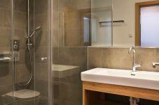 Badezimmer Glastüre Waschbecken Fliesen Schminken
