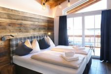 Doppelbett Balkon Traumaussicht Blau Vorhang Bettwäsche