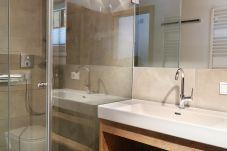 Badezimmer Regale große Dusche viel Platz