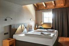 Traumurlaub verbringen Fenster Aussicht Doppelbett Urig Modern