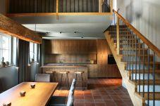 Wohnraum Küchenzeile Treppe alles aus Holz