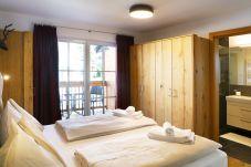 Tauernsuites Mitterwirt Calcit Suite Schlafzimmer Badezimmer Boxspringbetten